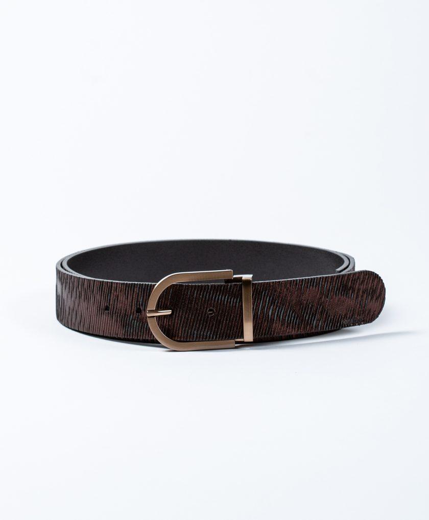 Cinturón con hebilla fabricada con material de calidad con un diseño minimalista, básica y elegante