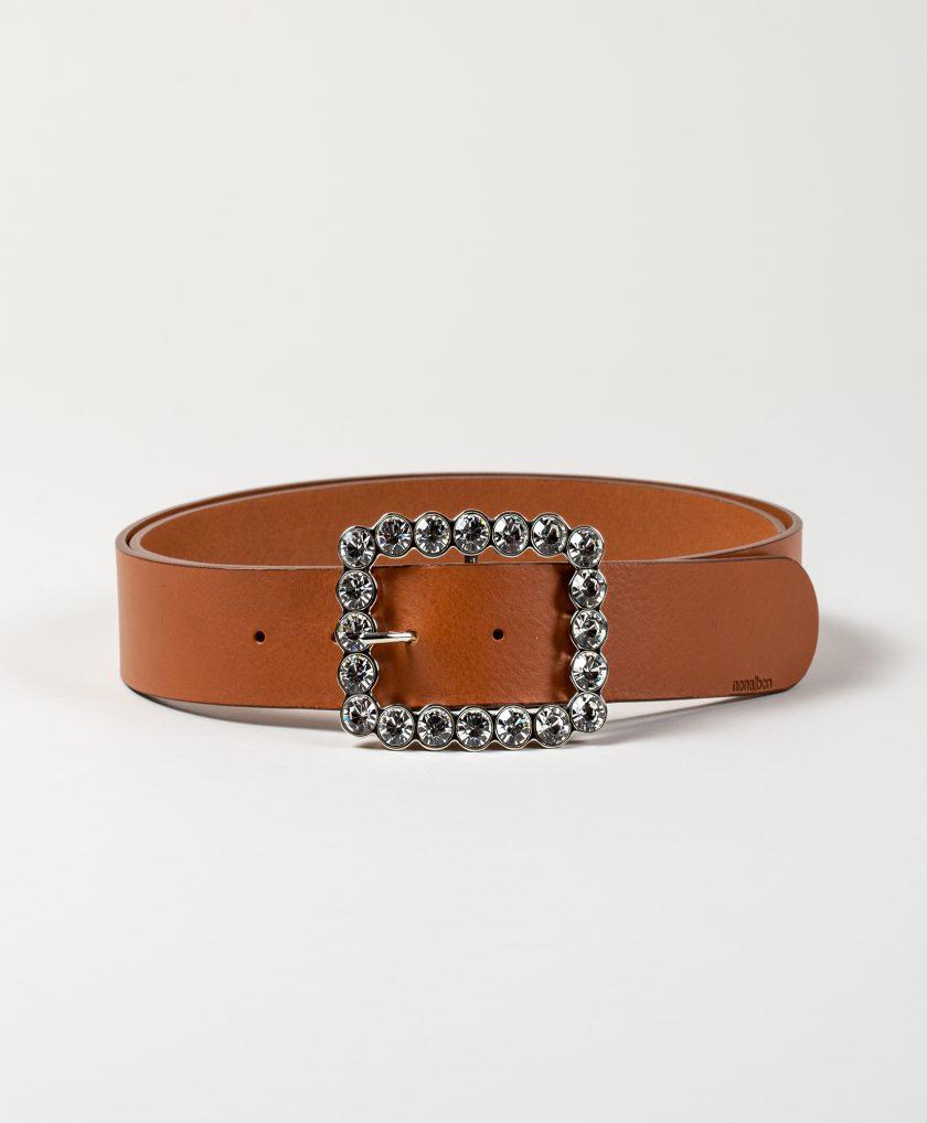 Hebilla de cristales combinada con cinturón de piel color camel